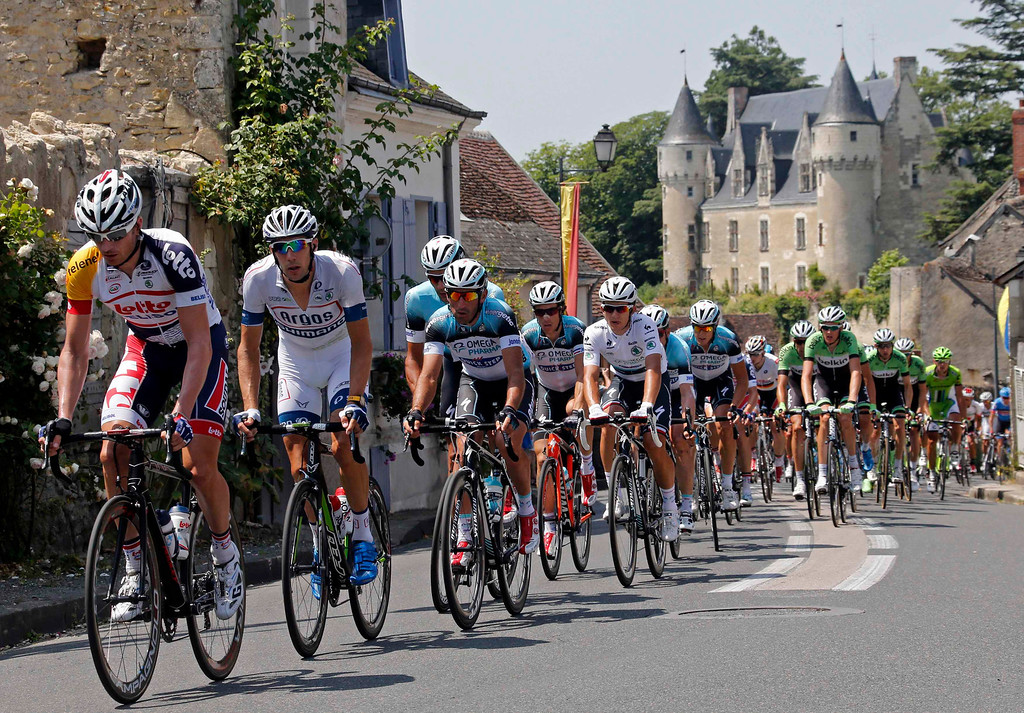 . The pack of riders cycles on its way during the 173 km thirteenth stage of the centenary Tour de France cycling race from Tours to Saint-Amand-Montrond July 12, 2013.  REUTERS/Jean-Paul Pelissier