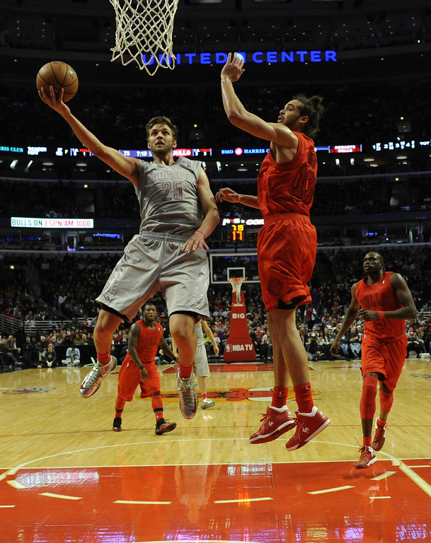 . CHICAGO, IL - DECEMBER 25: Chandler Parsons #25 of the Houston Rockets is defended by Joakim Noah #13 of the Chicago Bulls on December 25, 2012 at the United Center in Chicago, Illinois. The Houston Rockets defeated the Chicago Bulls 120-97.  (Photo by David Banks/Getty Images)
