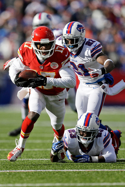 . Kansas City Chiefs wide receiver Donnie Avery (17) runs after taking a pass from Kansas City Chiefs quarterback Alex Smith (11) behind Buffalo Bills cornerback Leodis McKelvin (21) and Buffalo Bills free safety Aaron Williams (23) for a nine-yard gain during the second quarter of an NFL football game in Orchard Park, N.Y., Sunday, Nov. 3, 2013. (AP Photo/Gary Wiepert)