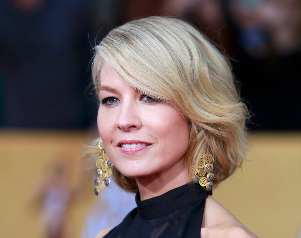 . Actress Jenna Elfman arrives at the 19th annual Screen Actors Guild Awards in Los Angeles, California January 27, 2013.  REUTERS/Adrees Latif