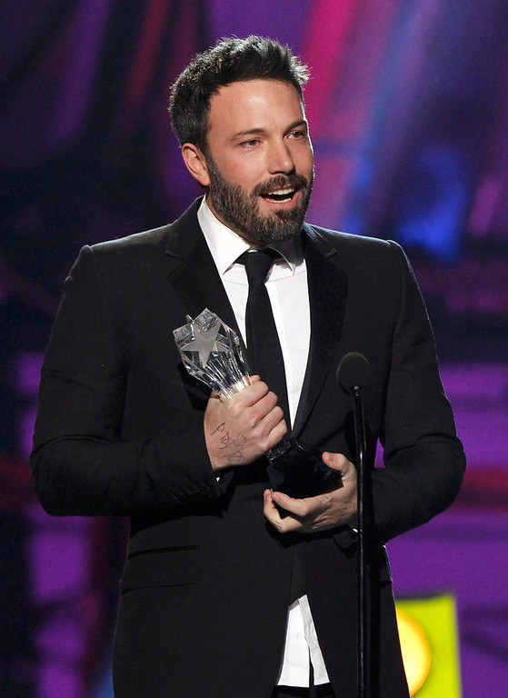 ". Director Ben Affleck accepts the ""Best Director\"" award for the movie \""Argo\"" at the 2013 Critics\' Choice Awards in Santa Monica, California January 10, 2013.  REUTERS/Mario Anzuoni"