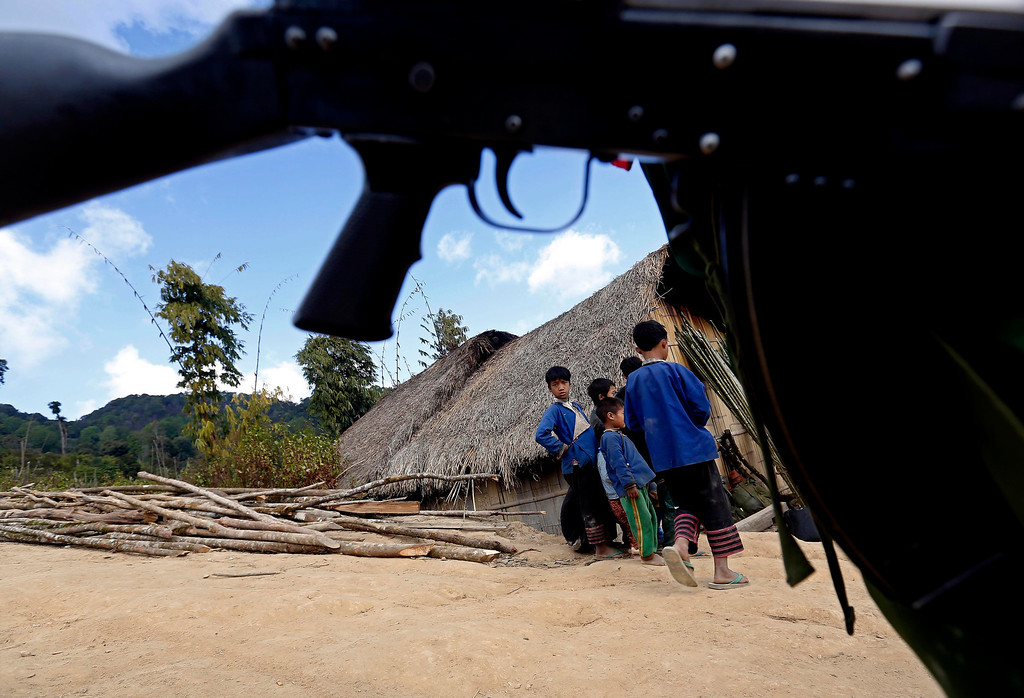 . Children watch soldiers in the Loi Mel Main village, Man Tone Township, Northern Shan State, Myanmar on jan. 16, 2014.    EPA/NYEIN CHAN NAING