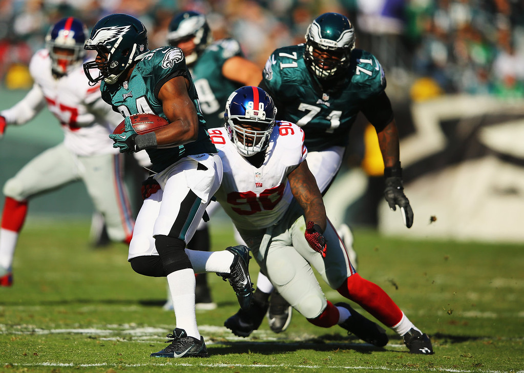 . Bryce Brown #34 of the Philadelphia Eagles runs past  Jason Pierre-Paul #90 of the New York Giants during their game at Lincoln Financial Field on October 27, 2013 in Philadelphia, Pennsylvania.  (Photo by Al Bello/Getty Images)