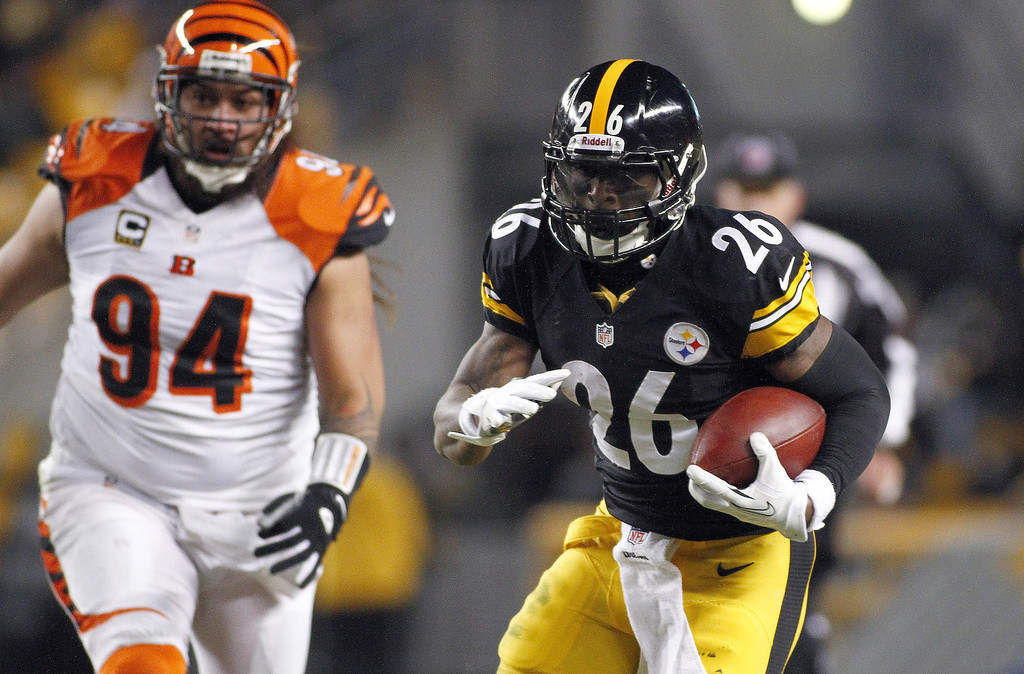 . Le\'Veon Bell #26 of the Pittsburgh Steelers rushes against the Cincinnati Bengals during the game on December 15, 2013 at Heinz Field in Pittsburgh, Pennsylvania.  (Photo by Justin K. Aller/Getty Images)