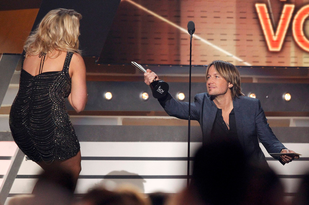 . Miranda Lambert accepts the award for female vocalist of the year from Keith Urban at the 48th ACM Awards in Las Vegas April 7, 2013. REUTERS/Mario Anzuoni