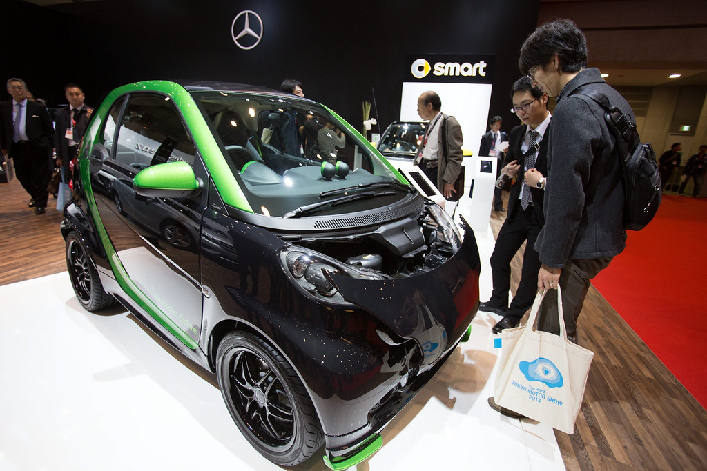 . Visitors look at the Smart ForTwo Brabus at the 43rd Tokyo Motor Show 2013 in Tokyo, Japan, 20 November 2013. Brabus is known as a high-performance aftermarket tuning company which specializes in Mercedes-Benz, Smart and Maybach vehicles. The event will be open to the public from 22 November to 01 December 2013.  EPA/CHRISTOPHER JUE