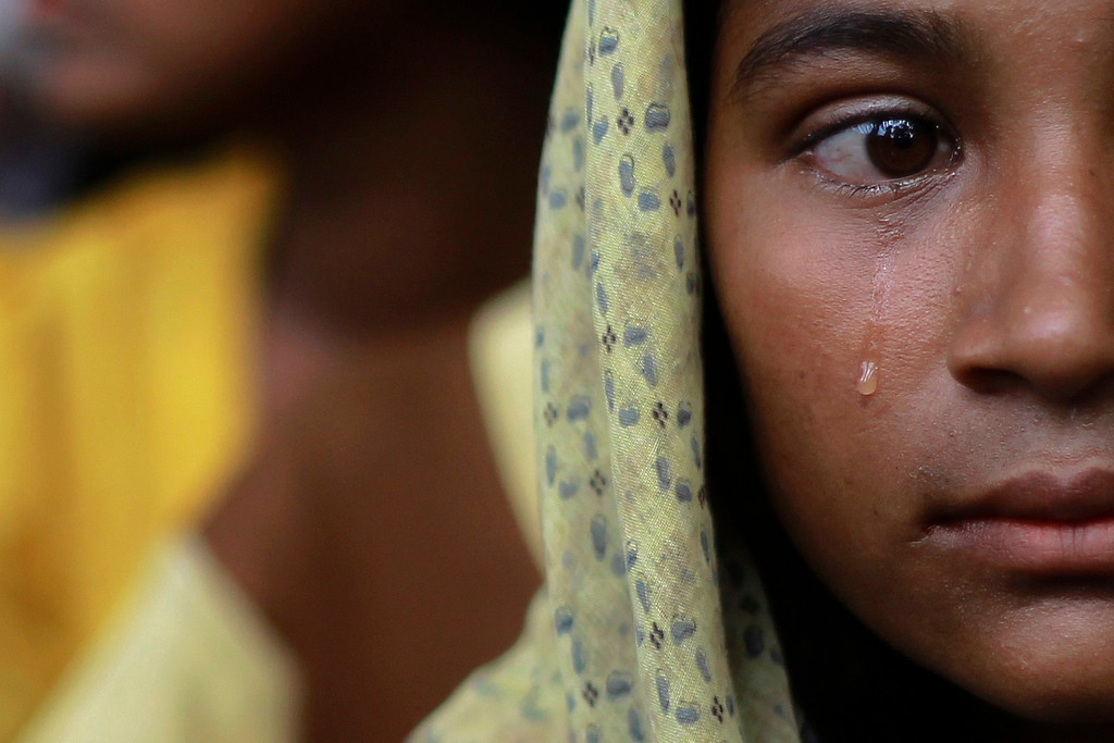 . A Muslim woman, displaced by recent violence in Kyukphyu township, cries after arriving at the Thaechaung refugee camp outside of Sittwe October 28, 2012.     REUTERS/Soe Zeya Tun