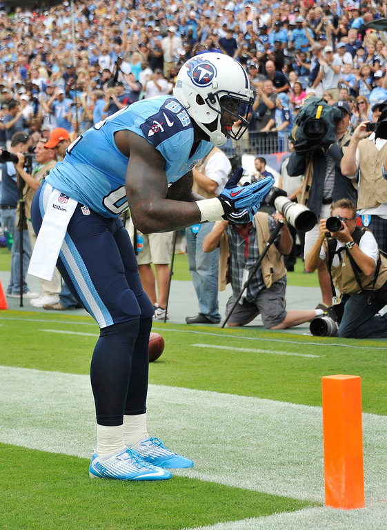 . NASHVILLE, TN - SEPTEMBER 29:  Tight end Delanie Walker #82 of the Tennessee Titans bows to the fans after scoring a touchdown against the New York Jets at LP Field on September 29, 2013 in Nashville, Tennessee.  (Photo by Frederick Breedon/Getty Images)