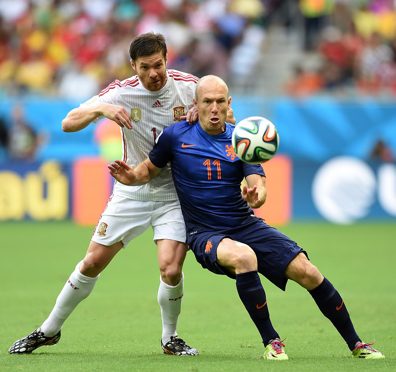 . Spain\'s midfielder Xabi Alonso and Netherlands\' forward Arjen Robben vie for the ball during a Group B football match between Spain and the Netherlands at the Fonte Nova Arena in Salvador during the 2014 FIFA World Cup on June 13, 2014. JAVIER SORIANO/AFP/Getty Images