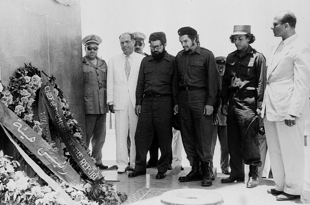 """. Commander Ernesto \""""Che\"""" Guevara (third from right), right hand man of Cuba\'s President Fidel Castro, and his party visit Port Said, Egypt, June 24, 1959, and lay wreaths at the Martyrs\' Monument.  At far right is Mahmoud Younes, chairman of the board of directors of the Suez Canal Authority.  Others are unidentified. (AP Photo)"""