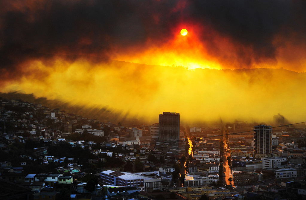 . General view during a fire in Valparaiso, 110 km west of Santiago, Chile, on April 12, 2014. Authorities decreed a red alert for the area after the fire consumed more than 100 houses.   AFP PHOTO / ALBERTO MIRANDA
