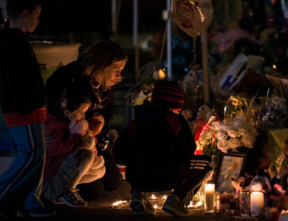 . People visit a memorial near the entrance to the grounds of Sandy Hook Elementary School December 20, 2012 in Newtown, Connecticut.  People continue to mourn the killing of 20 students and 6 adults by gunman Adam Lanza on December 14, 2012 at Sandy Hook Elementary School.  AFP PHOTO/Brendan SMIALOWSKI/AFP/Getty Images
