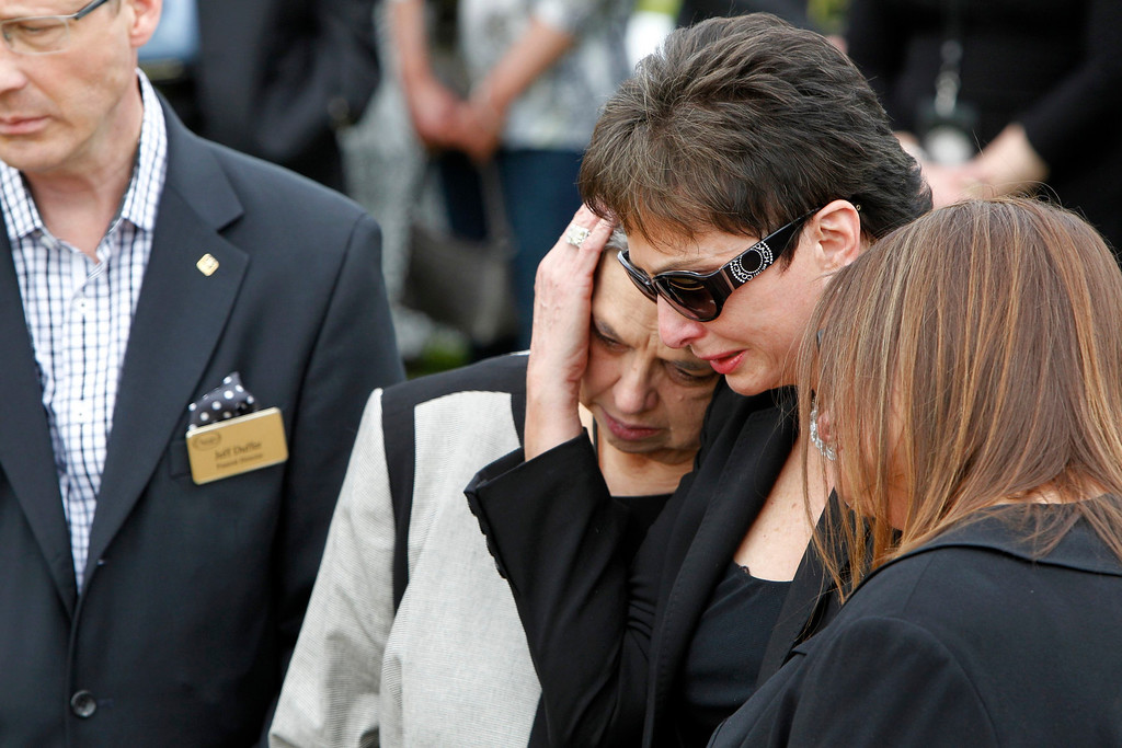 . Nancy Jones (2nd R), the wife of country music legend George Jones,  mourns at his grave side during services at Woodlawn-Roesch-Patton  Memorial Park in Nashville, Tennessee, May 2, 2013. REUTERS/Harrison McClary