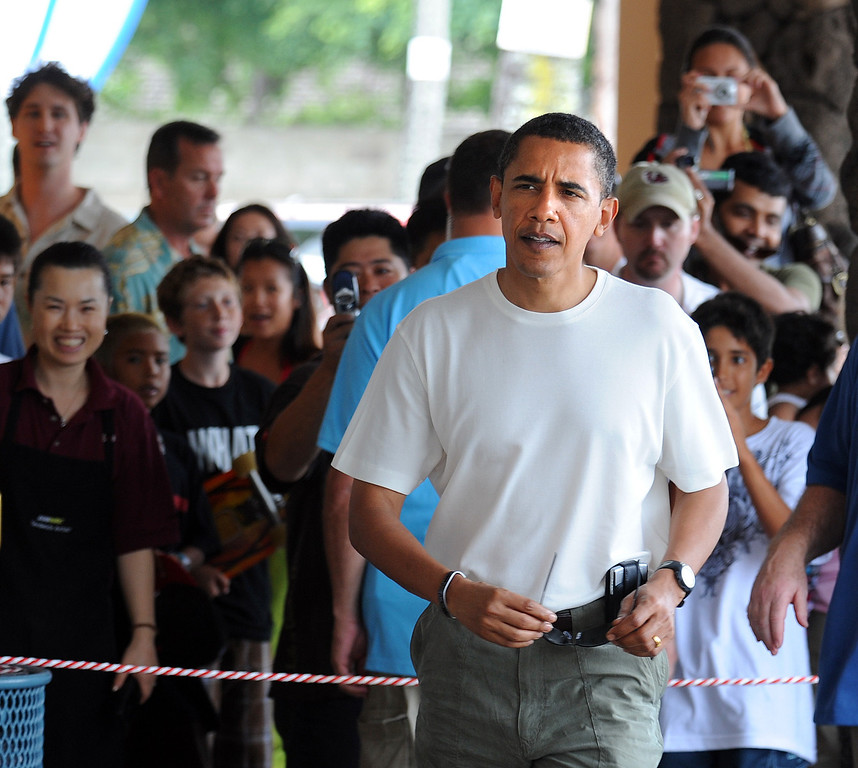 . US President Elect Barack Obama (C) makes a surprise visit to an outdoor mall to have lunch with his daughters December 26, 2008 in Hawai\'i Kai,  Hawaii.  TIM SLOAN/AFP/Getty Images