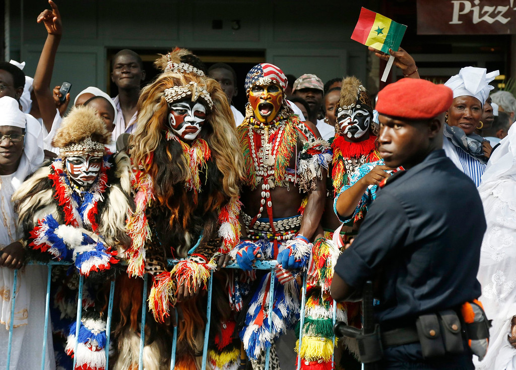 . Senegalese performers wait along the motorcade route as U.S. President Barack Obama arrives to meet with Senegal\'s President Macky Sall at the Presidential Palace in Dakar, June 27, 2013.   REUTERS/Jason Reed