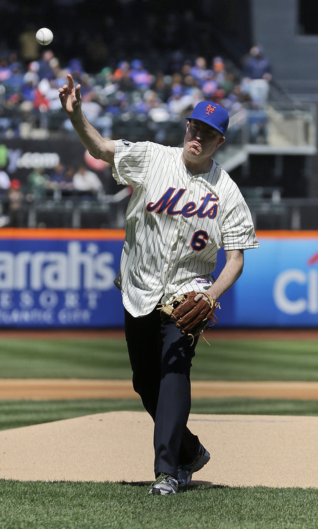 . New York City Mayor Bill de Blasio throws out the ceremonial first pitch before a baseball game between the New York Mets and the Washington Nationals on opening day at Citi Field in New York, Monday, March 31, 2014.  (AP Photo/Seth Wenig)