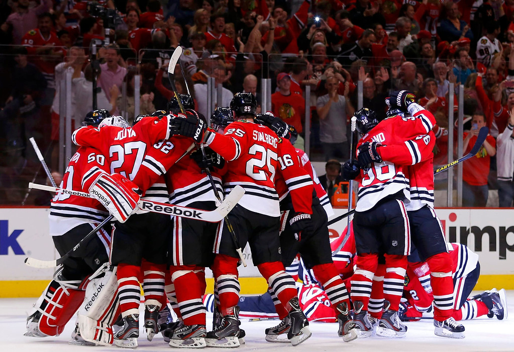 . The Chicago Blackhawks celebrate after defeating the Los Angeles Kings in double overtime in Game 5 of their NHL Western Conference final hockey playoff series in Chicago, Illinois, June 8, 2013.  REUTERS/Jeff Haynes