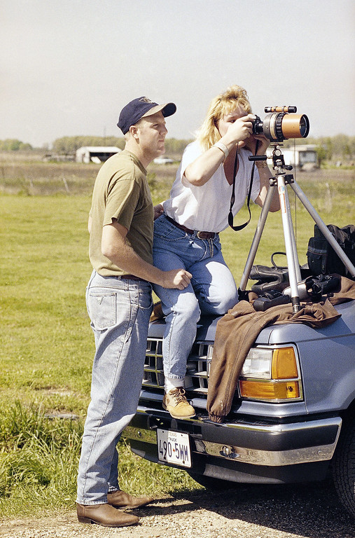 . Randy Berryman and Shelli Read, both of Redlands, Calif., look through a telephoto lens at the Branch Davidian compound near Waco, Texas on Monday, April 6, 1993.  (AP Photo/John Gaps III)
