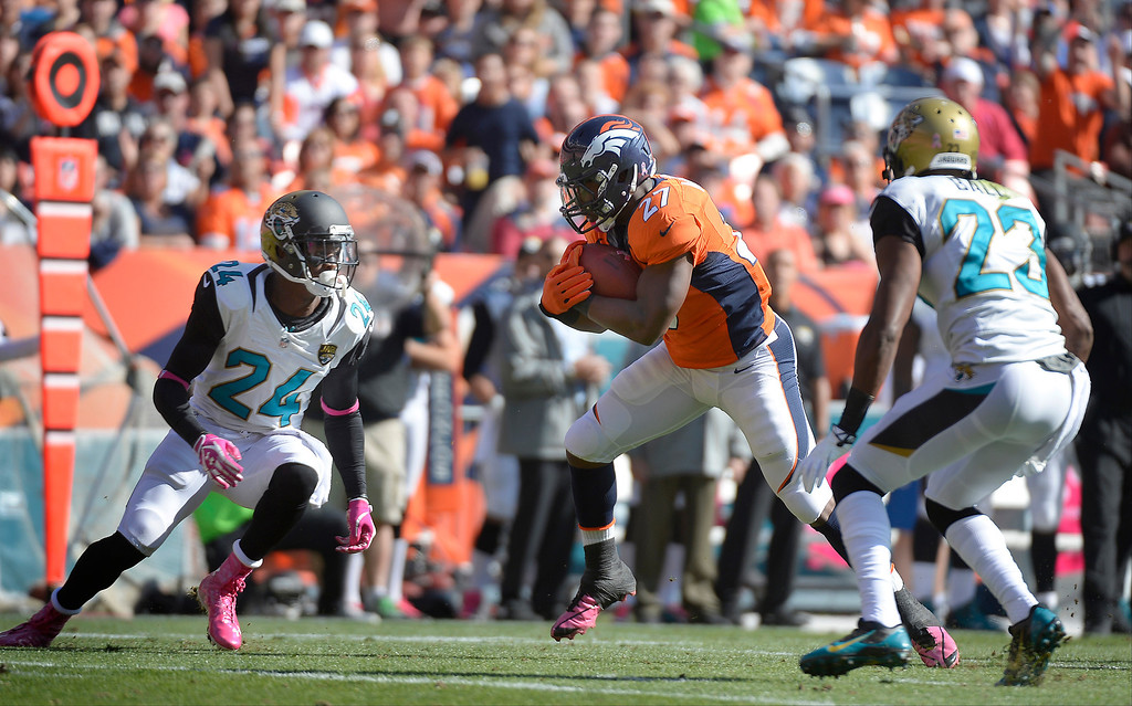 . Denver Broncos running back Knowshon Moreno (27) makes a 28-yard run in the first quarter.  (Photo by John Leyba/The Denver Post)