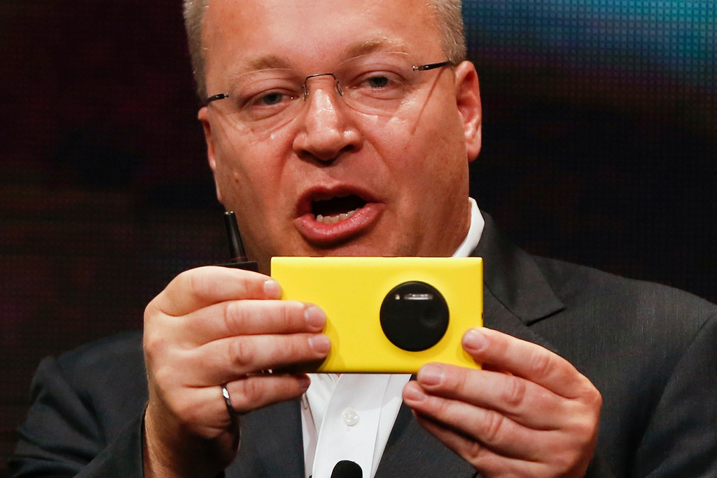 . Nokia Chief Executive Stephen Elop unveils Nokia\'s new smartphone, the Lumia 1020 with a 41-megapixel camera, in New York July 11, 2013.     REUTERS/Shannon Stapleton