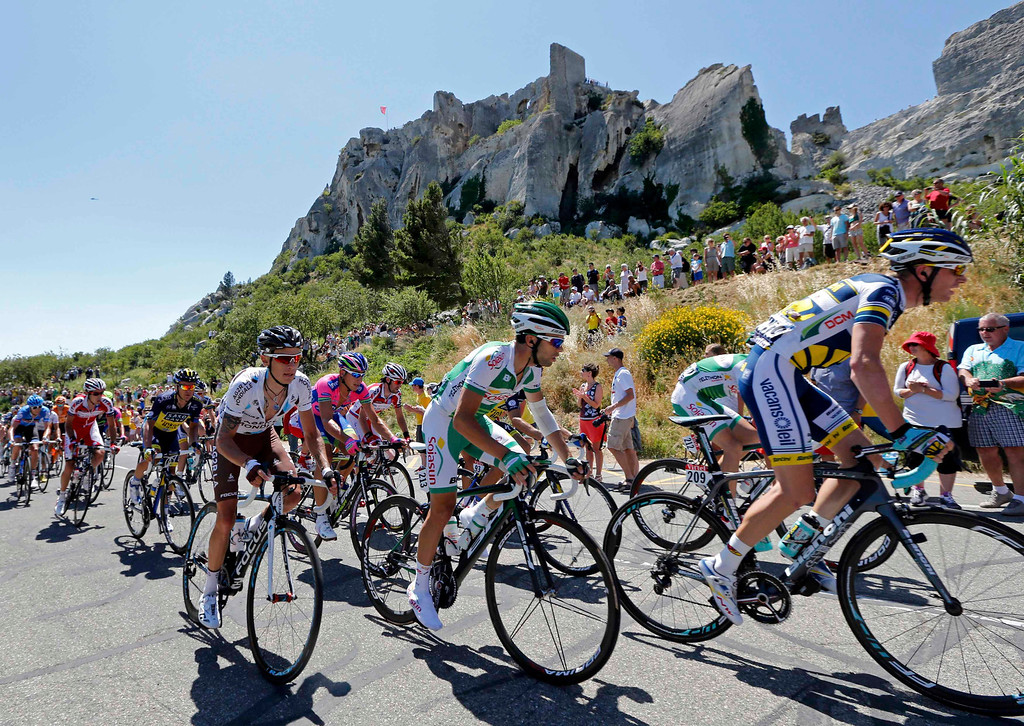 . The pack of riders cycles on its way during the 176.5 km fifth stage of the centenary Tour de France cycling race from Aix-En-Provence to Montpellie July 4, 2013.   REUTERS/Jean-Paul Pelissier