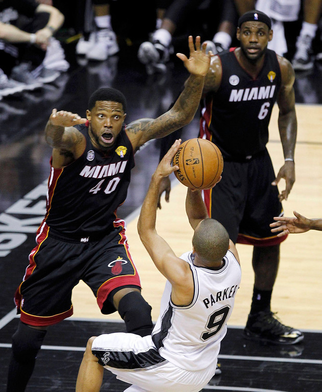 . Miami Heat\'s Udonis Haslem (L) defends against San Antonio Spurs\' Tony Parker during the second quarter in Game 4 of their NBA Finals basketball series in San Antonio, Texas June 13, 2013. REUTERS/Mike Stone