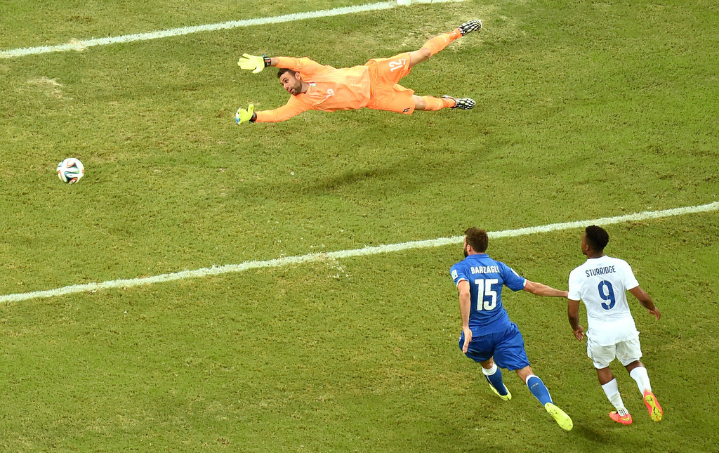 . Italy\'s goalkeeper Salvatore Sirigu saves a ball as Italy\'s defender Andrea Barzagli (L) and England\'s forward Daniel Sturridge watch on during a Group D football match between England and Italy at the Amazonia Arena in Manaus during the 2014 FIFA World Cup on June 14, 2014.  AFP PHOTO / FRANCOIS XAVIER MARIT