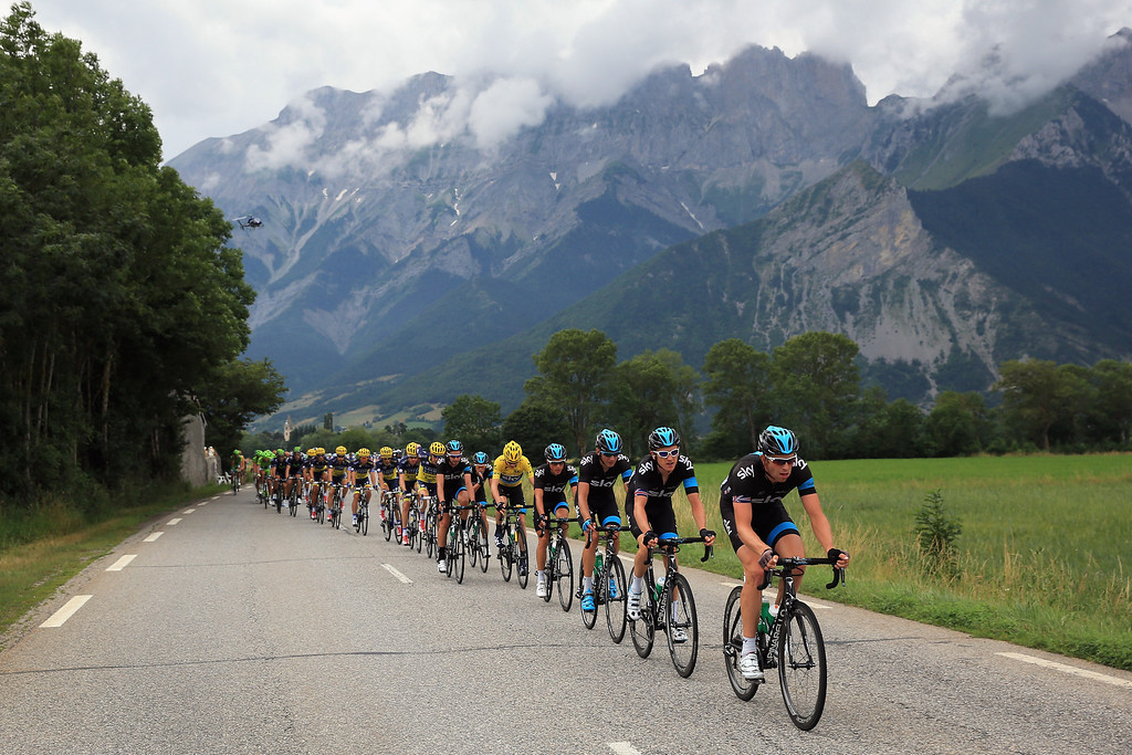 . CHAUFFAYER, FRANCE - JULY 18:  Sky Procycling drive the peloton as they defend the overall race leader\'s jersey for Chris Froome of Great Britain riding for Sky Procycling during stage eighteen of the 2013 Tour de France, a 172.5KM road stage from Gap to l\'Alpe d\'Huez, on July 18, 2013 in Chauffayer, France.  (Photo by Doug Pensinger/Getty Images)