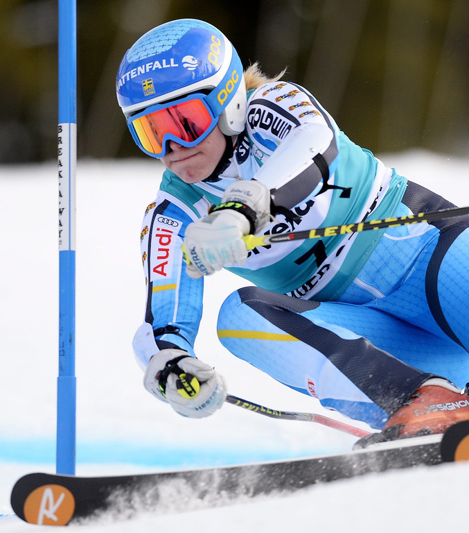 . Jessica Lindell-Vikarby, of  Sweden, takes a turn during the second run of the women\'s Giant Slalom race at the FIS World Cup Alpine Skiing in Beaver Creek, Colorado, USA, 01 December 2013. Lindell-Vikarby went on to take first place in the event.  EPA/JUSTIN LANE