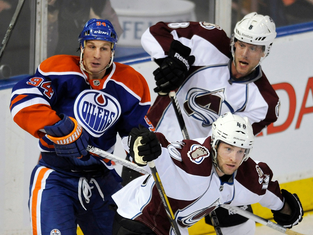 . Colorado Avalanche\'s Jan Hejda (top R) and Mark Olver battle with Edmonton Oilers\' Ryan Smyth (L) during the first period of their NHL hockey game in Edmonton February 16, 2013.  REUTERS/Dan Riedlhuber