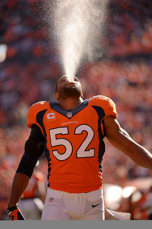 . Denver Broncos outside linebacker Wesley Woodyard (52) warms up before the game.  (Photo by John Leyba/The Denver Post)