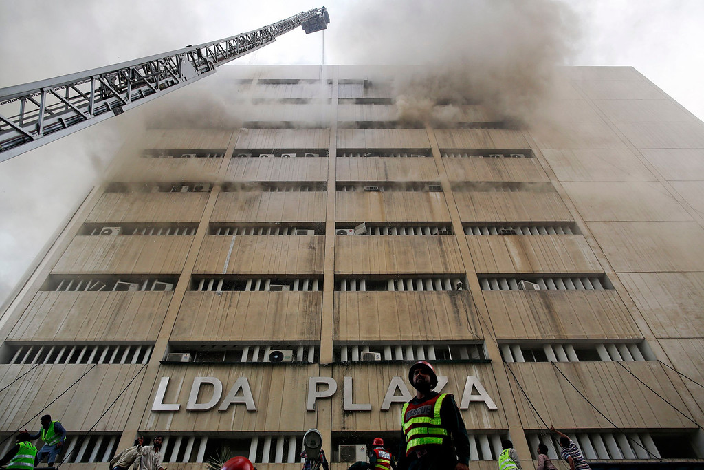 . Rescue workers try to save people trapped inside a burning building in central Lahore May 9, 2013.    REUTERS/Damir Sagolj