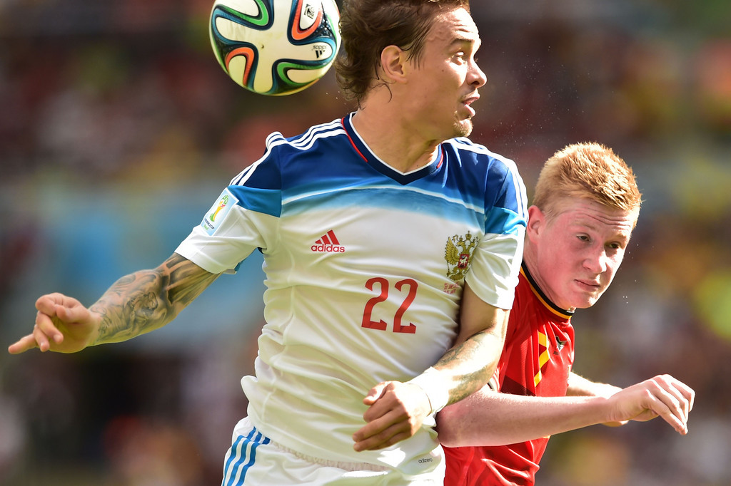 . Russia\'s defender Andrei Yeshchenko (L) heads the ball past Belgium\'s midfielder Kevin De Bruyne  during the Group H football match between Belgium and Russia at The Maracana Stadium in Rio de Janeiro on June 22, 2014, during the 2014 FIFA World Cup. AFP PHOTO / GABRIEL BOUYS