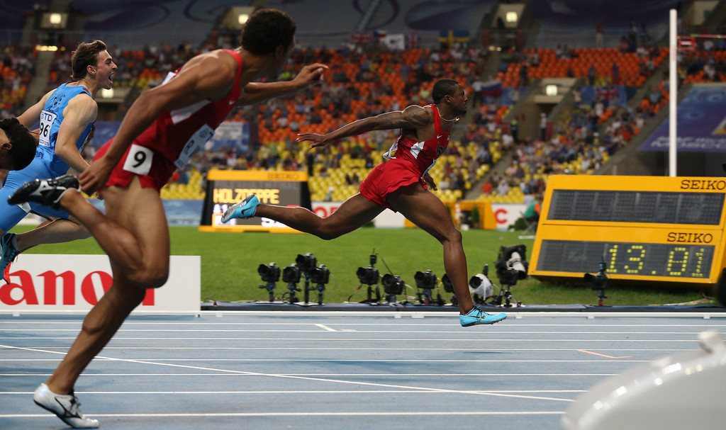 . US\'s David Oliver (R) wins the men\'s 110 meters hurdles final at the 2013 IAAF World Championships at the Luzhniki stadium in Moscow on August 12, 2013.  AFP PHOTO / ALEXANDER NEMENOV/AFP/Getty Images