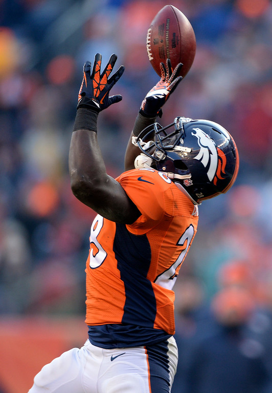 . Denver Broncos running back Montee Ball (28) goes for a catch and misses during the first half.    (Photo by Hyoung Chang/The Denver Post)