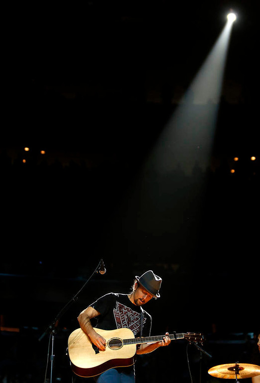 . Singer Jason Mraz performs during the Z100 Jingle Ball at Madison Square Gardens in New York, December 7, 2012.    REUTERS/Carlo Allegri