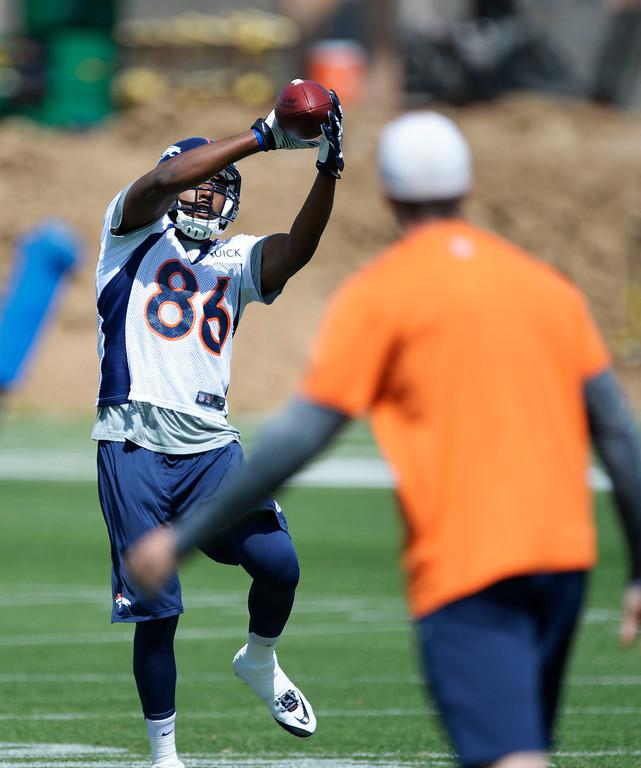 . Denver Broncos Cameron Morrah (86) catches a pass during OTAs June 11, 2014 at Dove Valley. (Photo by John Leyba/The Denver Post)