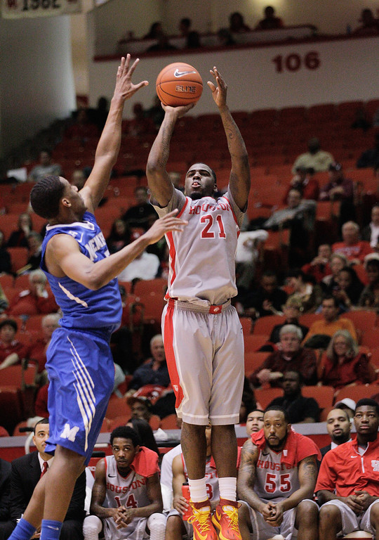. Houston\'s guard Jherrod Stiggers (21) shoots a three-point shot as Memphis\' Nick King (5) defends on the play during the second half of an NCAA college basketball game, Thursday, Feb. 27, 2014, in Houston. Houston won 77-68. (AP Photo/Bob Levey)