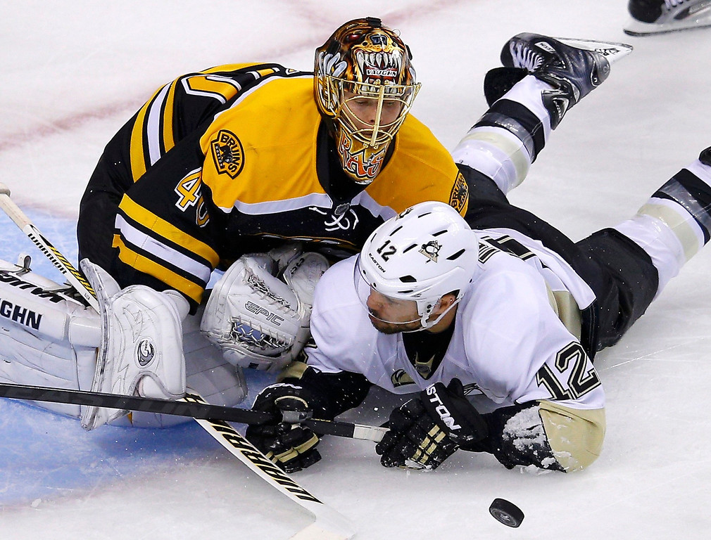 . Boston Bruins goalie Tuukka Rask (L) makes a save on Pittsburgh Penguins\' Jarome Iginla during the second overtime in Game 3 of their NHL Eastern Conference finals hockey playoff series in Boston, Massachusetts, June 5, 2013. REUTERS/Brian Snyder