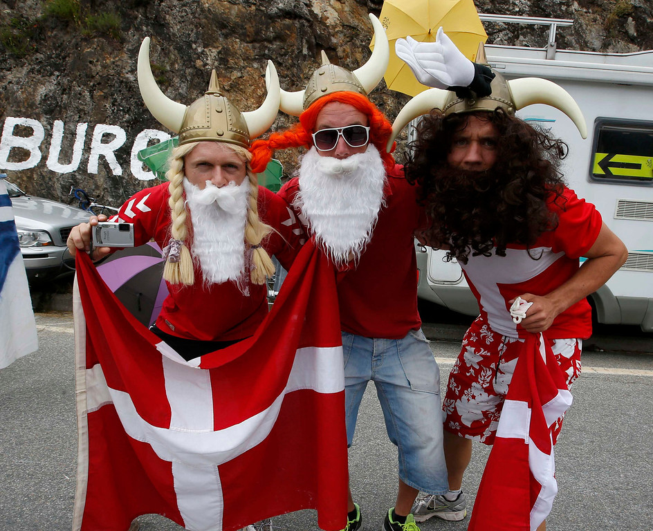 . Cycling fans from Norway pose while waiting for the riders climbing the Alpe d\'Huez mountain during the 172.5km eighteenth stage of the centenary Tour de France cycling race from Gap to l\'Alpe d\'Huez, in the French Alps, July 18, 2013.           REUTERS/Eric Gaillard