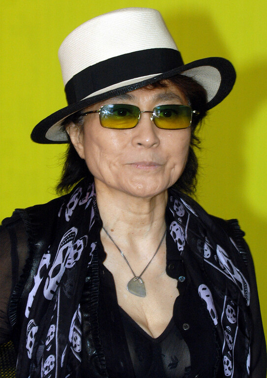 ". Artist Yoko Ono, poses during a performance at the Portikus exhibition hall in Frankfurt, western Germany, on Tuesday, May 31, 2005 where she presented her ""Dream Universe\"" exhibition which is a project in collaboration with students from the Staedel Art School in Frankfurt until June 26, 2005. (AP Photo/Bernd Kammerer)"