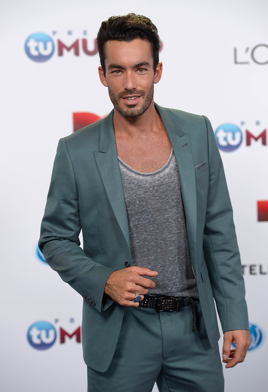 . MIAMI, FL - AUGUST 15:  Aaron Diaz arrives for Telemundo\'s Premios Tu Mundo Awards at American Airlines Arena on August 15, 2013 in Miami, Florida.  (Photo by Gustavo Caballero/Getty Images)