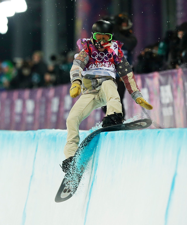 . Shaun White of the United States hits the edge of the half pipe during the men\'s snowboard halfpipe final at the Rosa Khutor Extreme Park, at the 2014 Winter Olympics, Tuesday, Feb. 11, 2014, in Krasnaya Polyana, Russia. (AP Photo/Andy Wong)
