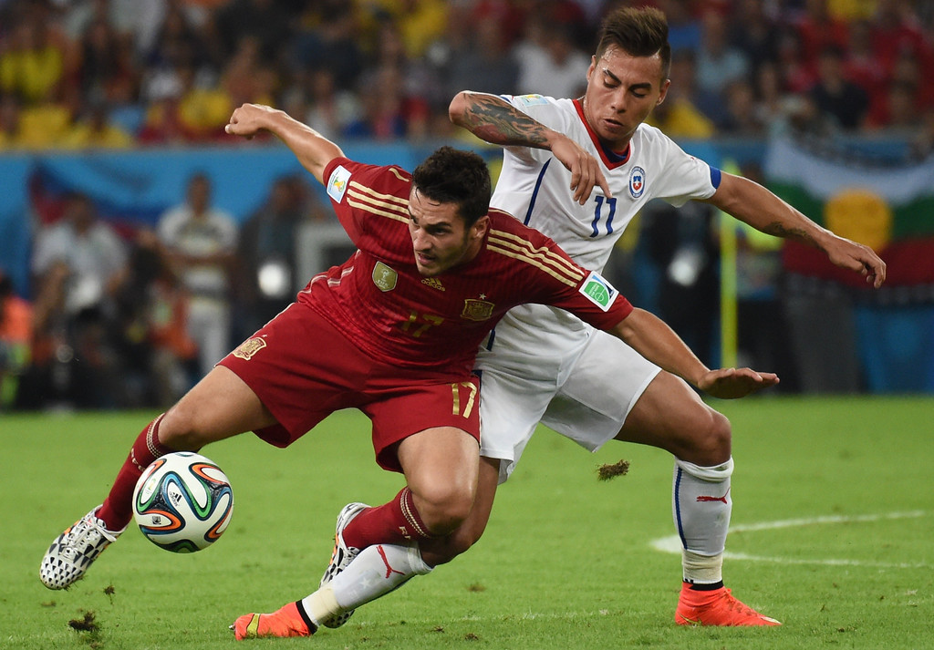 . Spain\'s midfielder Koke (L) and Chile\'s forward Eduardo Vargas vie during a Group B football match between Spain and Chile in the Maracana Stadium in Rio de Janeiro during the 2014 FIFA World Cup on June 18, 2014.  CHRISTOPHE SIMON/AFP/Getty Images