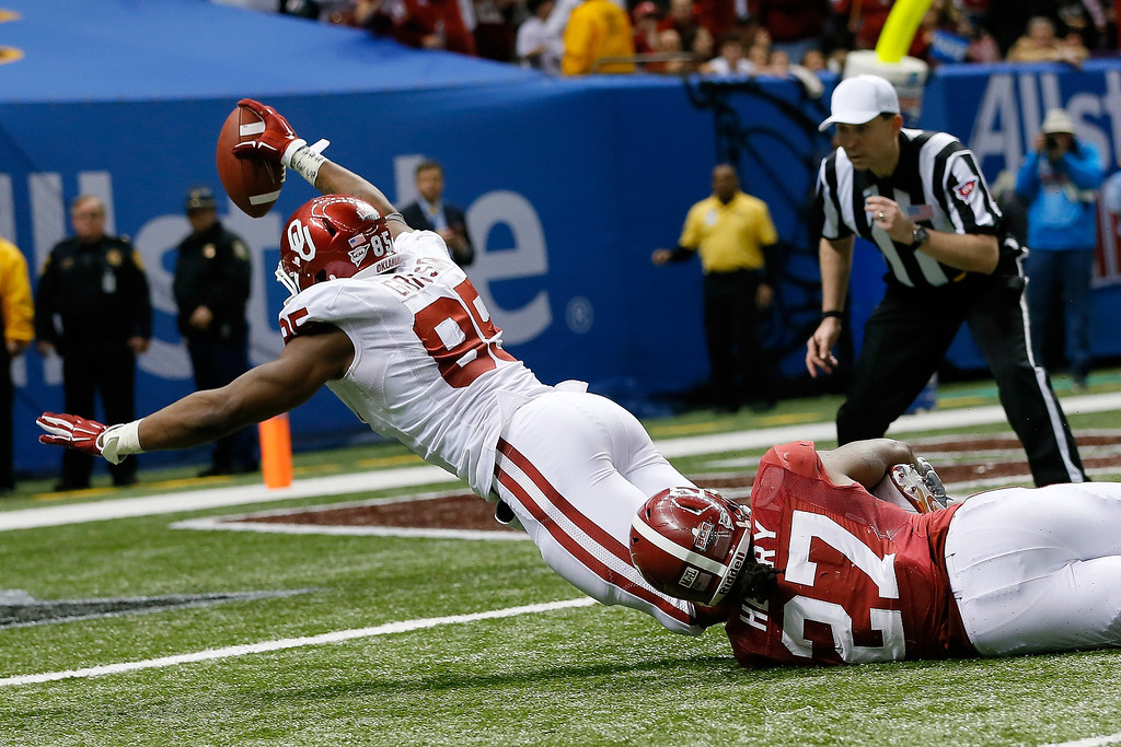 . NEW ORLEANS, LA - JANUARY 02:  Geneo Grissom #85 of the Oklahoma Sooners picks ups a fumble and runs it in for a touchdown against the Alabama Crimson Tide during the Allstate Sugar Bowl at the Mercedes-Benz Superdome on January 2, 2014 in New Orleans, Louisiana. The Sooners defeated the Crimson Tide 45-31.  (Photo by Kevin C. Cox/Getty Images)