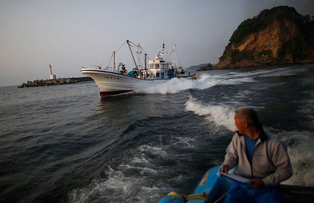 . Fishermen sail, as they take part in a census of fish close to the Fukushima Daiichi nuclear power plant, in Hisanohama port in Iwaki, Fukushima prefecture May 27, 2013. Commercial fishing has been banned near the tsunami-crippled nuclear complex since the March 2011 tsunami and earthquake. The only fishing that still takes place is for contamination research, and is carried out by small-scale fishermen contracted by the government. Picture taken May 27, 2013. REUTERS/Issei Kato