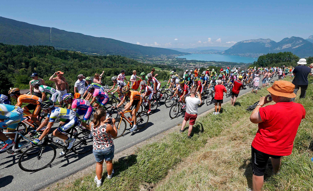 . The pack of riders cycles during the 125 km stage of the centenary Tour de France cycling race from Annecy to Annecy-Semnoz July 20, 2013.   REUTERS/Jean-Paul Pelissier