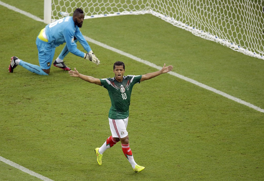 . Mexico\'s Giovani dos Santos, right, reacts after a goal was disallowed while Cameroon\'s goalkeeper Charles Itandje looks on during the group A World Cup soccer match between Mexico and Cameroon in the Arena das Dunas in Natal, Brazil, Friday, June 13, 2014.  AP Photo/Hassan Ammar)