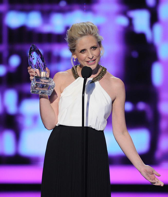". LOS ANGELES, CA - JANUARY 08:  Actress Sarah Michelle Gellar accepts the Favorite Actress In A New TV Series award for ""The Crazy Ones\"" onstage at The 40th Annual People\'s Choice Awards at Nokia Theatre L.A. Live on January 8, 2014 in Los Angeles, California.  (Photo by Kevin Winter/Getty Images)"