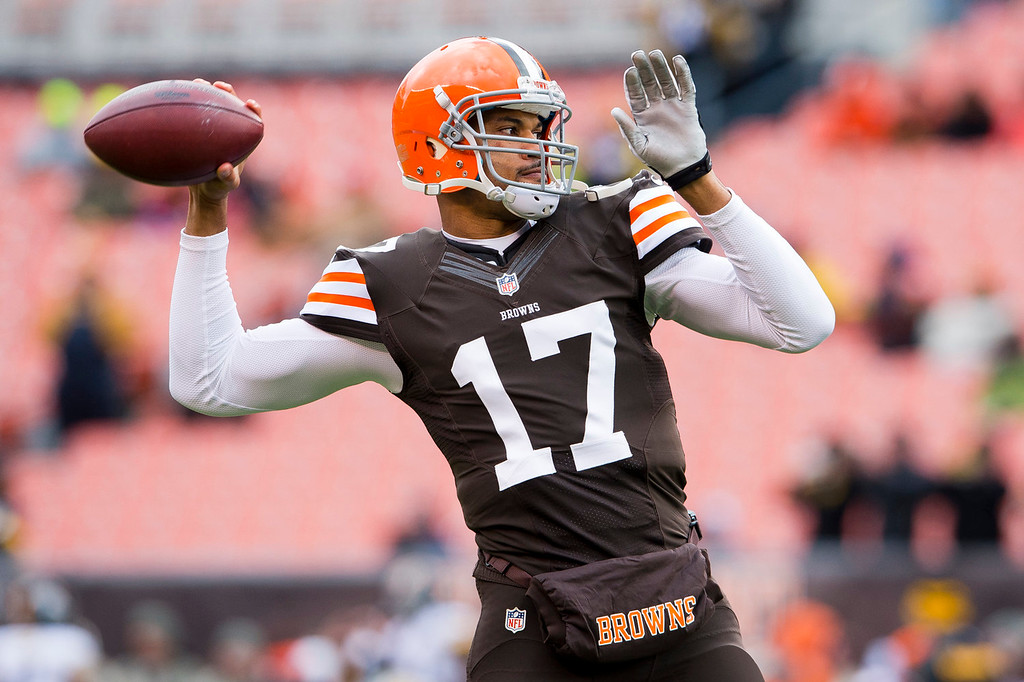 . Quarterback Jason Campbell #17 of the Cleveland Browns warms up prior to the game against the Pittsburgh Steelers at FirstEnergy Stadium on November 24, 2013 in Cleveland, Ohio. (Photo by Jason Miller/Getty Images)